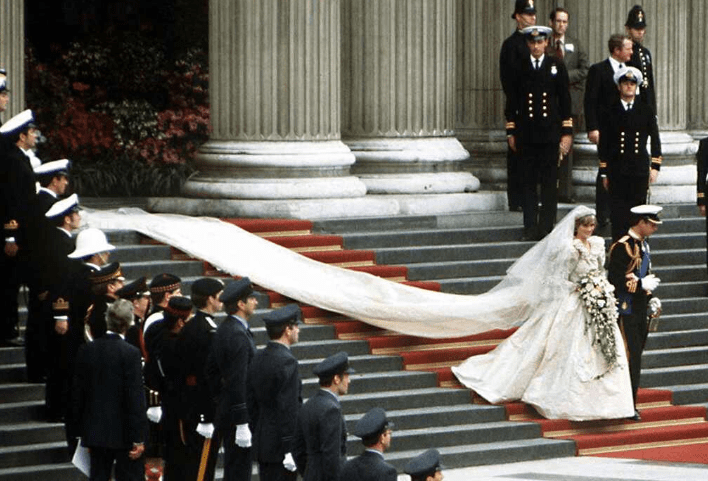 Princess Diana S Dress Had A 25 Foot Train What Happened To Princess Diana S Wedding Dress After She Died The World News Daily